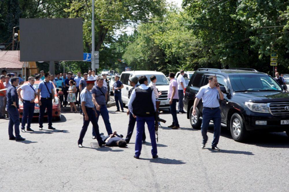 Неизвестный пробежал по Карасай батыра в сторону Байтурсынова с автоматом, потом за ним побежали полицейские.