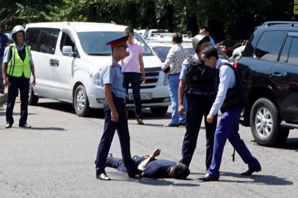 Полиция оцепила район вокруг здания РОВД.