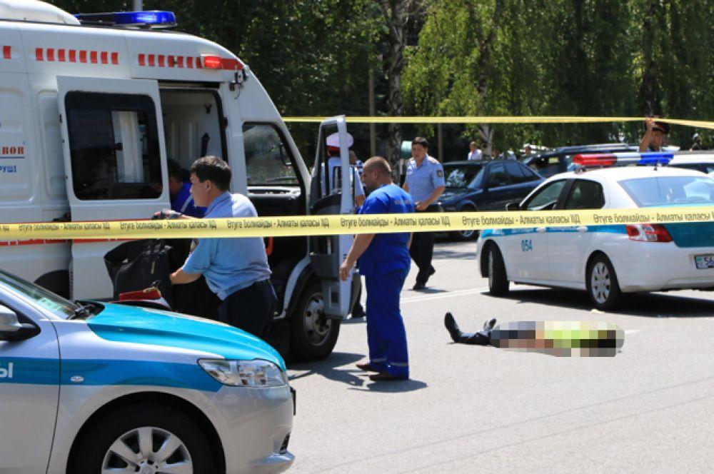 Убитый полицейский около Алмалинского районного отдела внутренних дел (РОВД) в центре Алма-Аты.