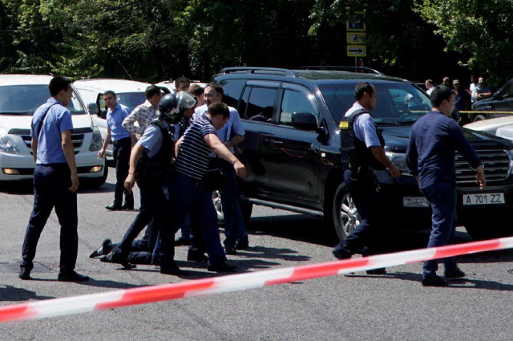 Его автомобиль злоумышленники пытались захватить перед атакой на отдел полиции, в результате чего он был ранен и скончался.