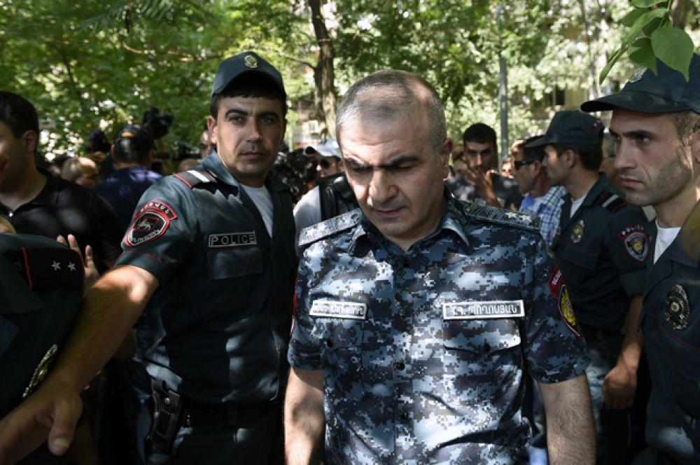 Заместитель начальника полиции Армении Унан Погосян во время интервью с журналистами у захваченного здания отделения полиции.