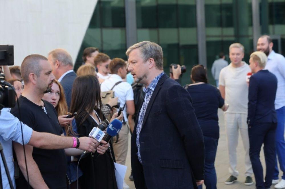 Валдиса Пельша, как и всех прибывших звезд тут же окружили тесным кольцом. Сначала - зрители, затем - журналисты.