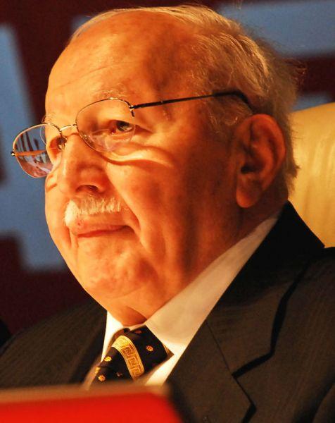 Премьер-министр Неджметтин Эрбакан, обвинённый в подрыве светских устоев страны, был вынужден уйти в отставку.