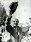 В 1971 году экономический спад в стране привел к уличным протестам, забастовкам и формированию левых движений. Армия вынудила консервативного премьер-министра Сулеймана Демиреля (на фото) отречься от власти.