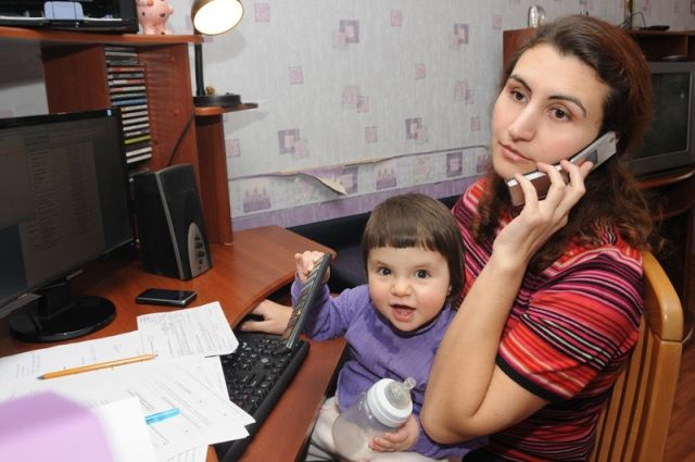 Многие мамы совмещают декрет и работу.