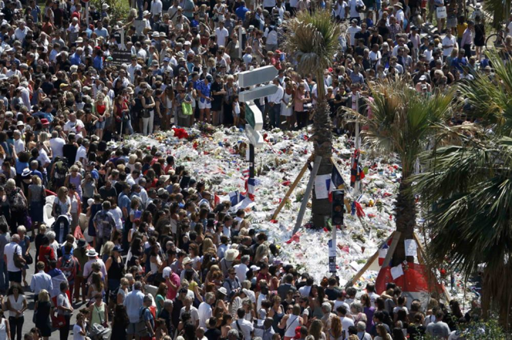 На месте трагедии сооружен импровизированный мемориал жертвам теракта. Люди продолжают приносить цветы, свечи и игрушки.