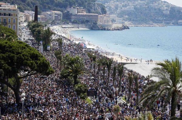 На третий день траура на Английскую набережную вышли тысячи людей.