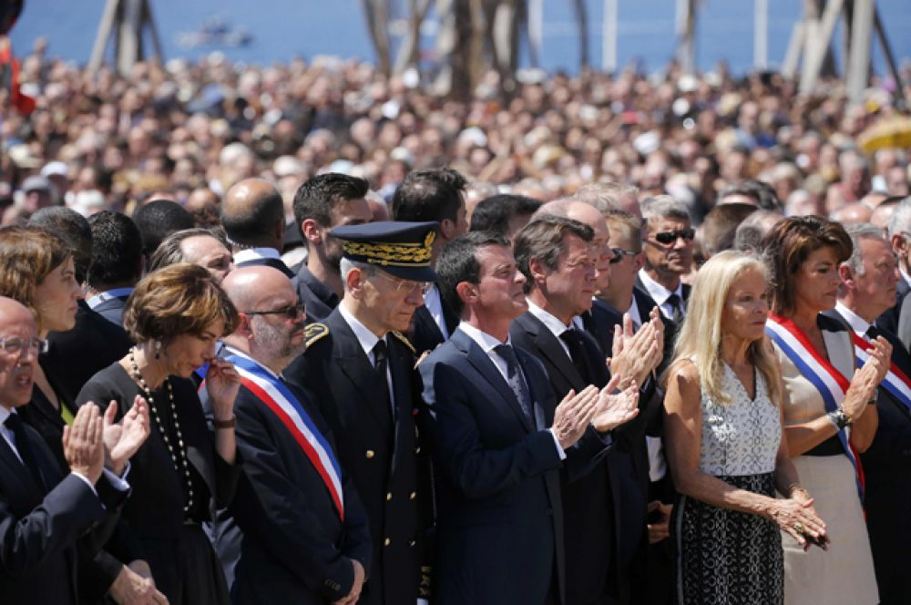 Премьер-министр Манюэль Вальс и глава региона Прованс–Альпы–Лазурный Берег Кристиан Эстрози, принимавшие участие в траурном мероприятии, напротив были освистаны.