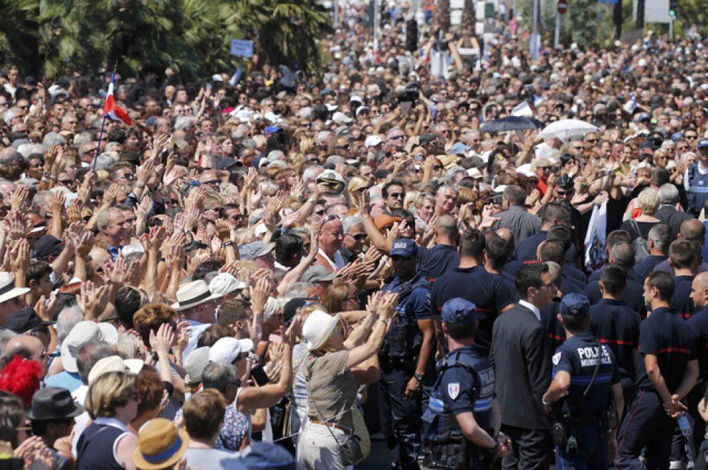 Работников полиции, медиков и спасателей люди встретили бурными аплодисментами и криками «Спасибо!».