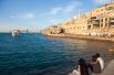 Тель-Авив, расположенный на побережье Средиземного моря и не связанный узами религиозных разногласий, тысячелетних распрей и кровопролитных конфликтов, служит фактически второй столицей Израиля и центром притяжения для пригородов агломерации, называемой Гуш Дан.