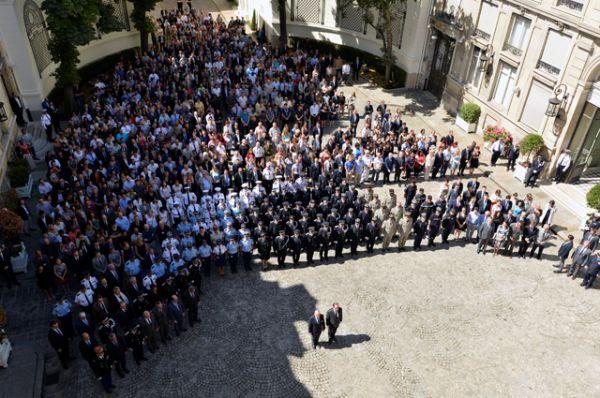 Президент Франции Франсуа Олланд и глава МВД Бернар Казнев почтили память жертв теракта, находясь в министерстве внутренних дел в Париже.