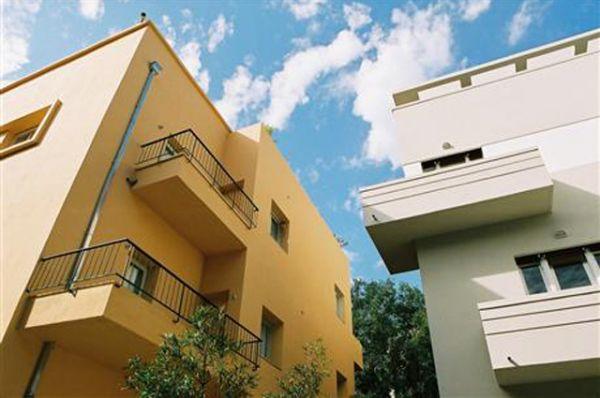 Белый город в Тель-Авиве. После прихода к власти нацистов в Германии в 1933 году, оттуда в большом количестве стали прибывать еврейские беженцы. Среди них были строители, квалифицированные рабочие и архитекторы. Многие архитекторы были обучены в архитектурной школе Баухаус или подвержены её влиянию.