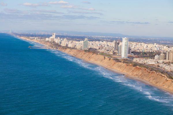 Нетания — крупнейший курорт средиземноморского побережья страны. Нетания растянулась вдоль моря и по длине пляжной зоны превосходит остальные города Израиля, даже Тель-Авив. В прошлом это крупный центр цитрусоводства и один из крупнейших центров алмазной индустрии страны.