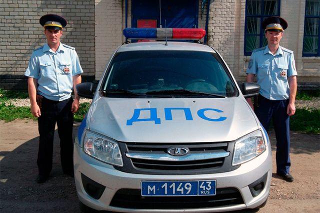 Инспекторы ДПС Андрей Сунцов и Роман Бабиков, которые спасли водителя.