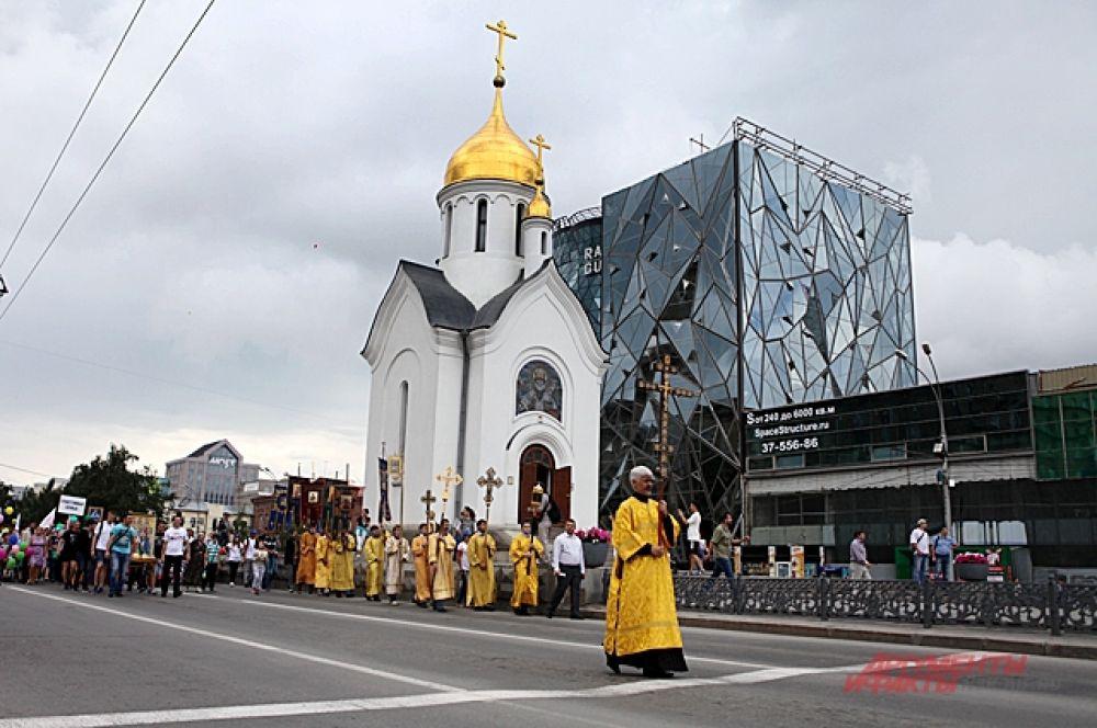Начался ход возле собора Александра Невского и за представителями церкви люди пошли по Красному проспекту.