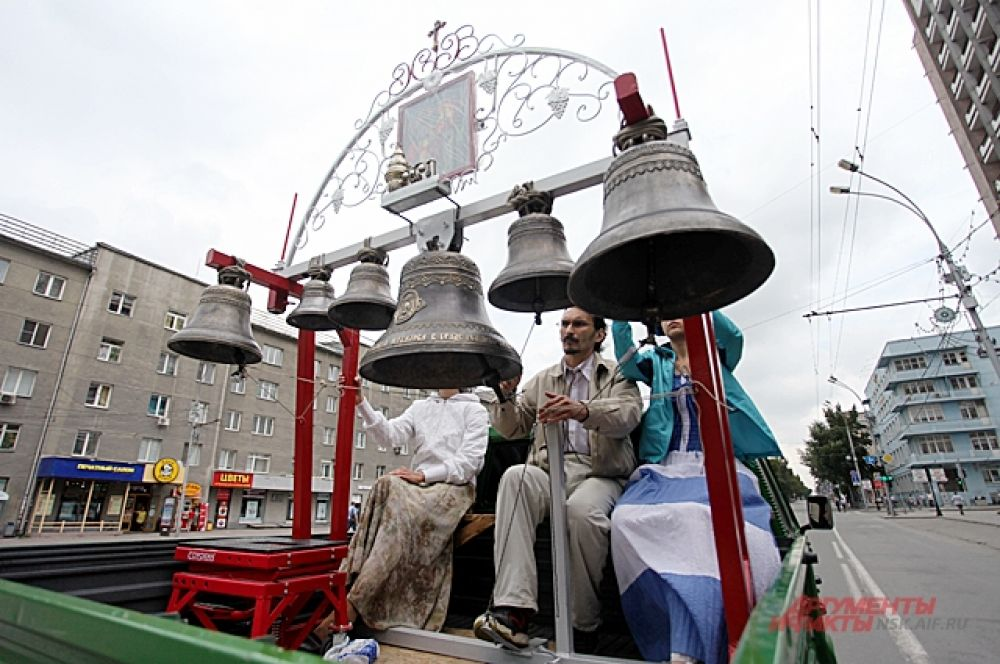 Тон задавал колокольный звон. Звонарь на передвижной звоннице ехал перед ходом.