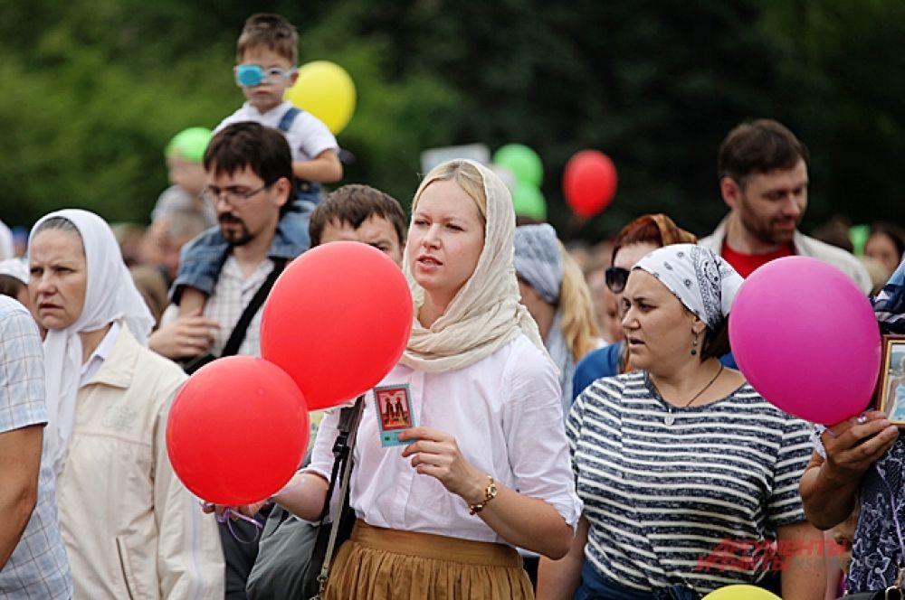 Многие пришли на ход с шариками и нарядные. К ним присоединялись и люди на улице, которые тоже за верность и семейные ценности.