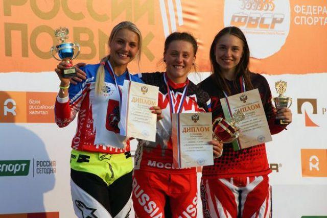 Татьяна Капитанова на фото справа.
