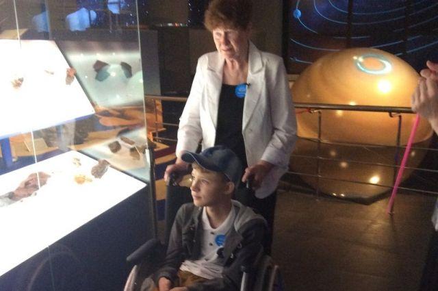 Мальчик побывал в планетарии.