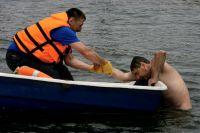 Плавать лучше под присмотром спасателей.
