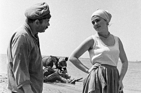 Евгений Леонов в роли пулеметчика Якова Шибалка и Людмила Чурсина в роли Дарьи в сцене из фильма «Донская повесть», режиссёр Владимир Фетин, 1963 год.