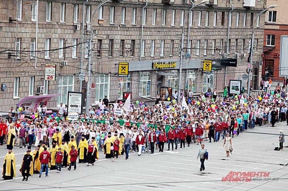 По некоторым данным на крестный ход вышло около 5 тысяч человек.