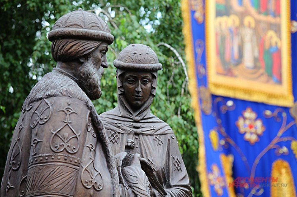 Здесь же возле памятника. Епископ Колыванский Павел и заместитель мэра города Новосибирска Валерий Шварцкопп вручили награды многодетным семьям. После этого рядом с Собором в сквере началась праздничная программа.