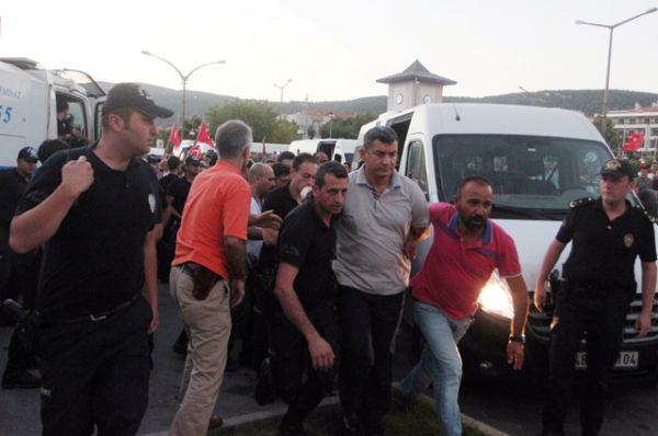 Адмирал Намик Алпер, командующий военно-морской базы Аксаз, в сопровождении полицейских у здания суда в курортном городе Мармарис.