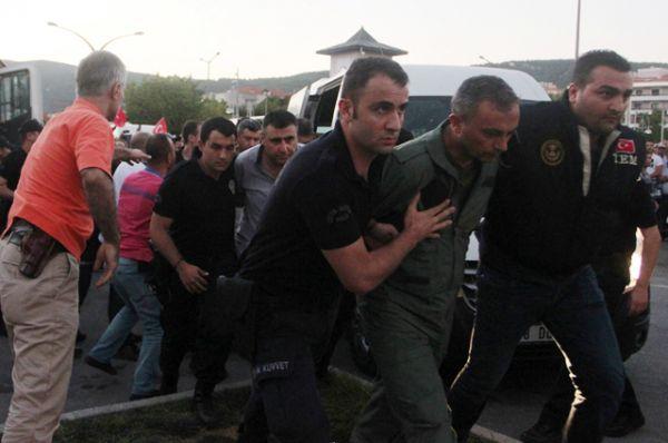 Арестованные солдаты, подозреваемые в причастности к попытке государственного переворота, у здания суда в Мармарисе.