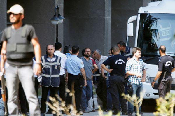 Военнослужащие, подозреваемые в причастности к попытке государственного переворота, в сопровождении полиции у Дворца правосудия в Анкаре.