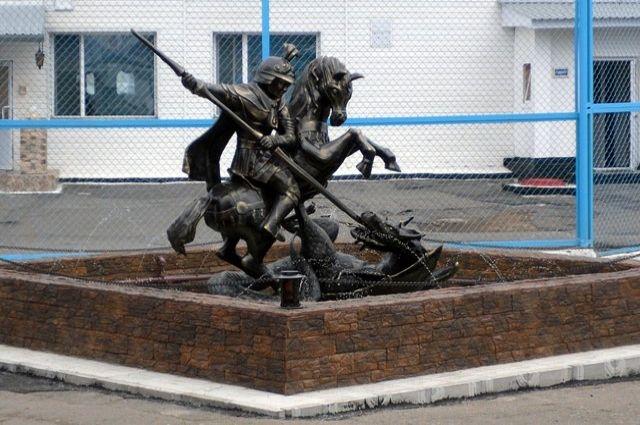 Кажется, что статуя выполнена полностью из металла.