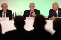 Ричард Паунд (по центру), глава независимой комиссии Всемирного антидопингового агентства, и члены комиссии Ричард Макларен Х. (слева), и Гюнтер Янгер.