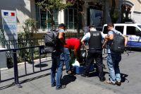 Полиция Стамбула проверяет багаж во время контроля безопасности перед французским консульством.
