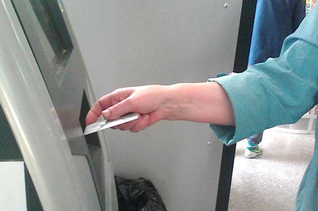 Омичка лишились 50 тысяч рублей с банковской карты.
