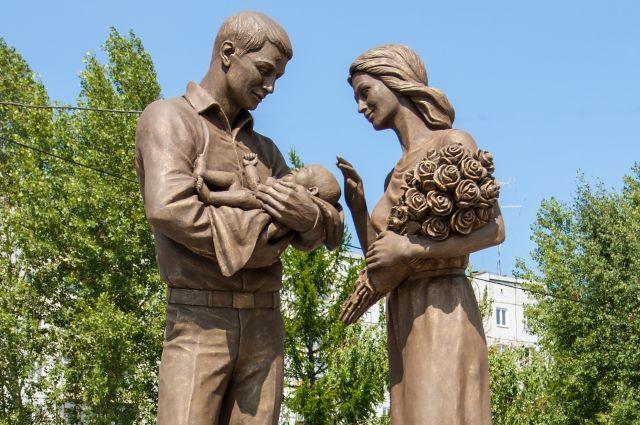 Авторы скульпторы посвятили ее молодой семье.