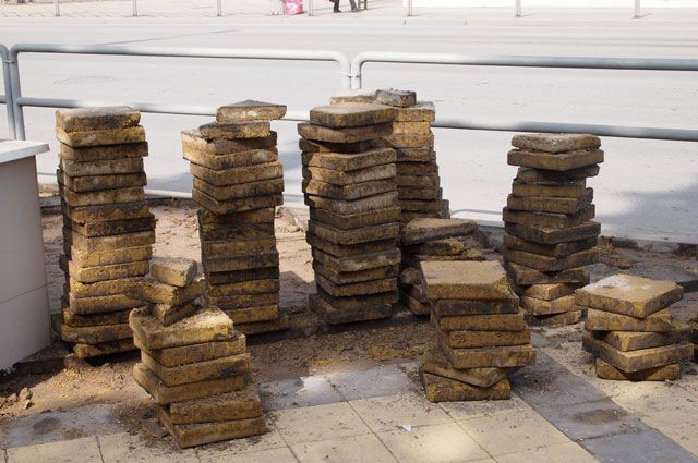 Взятку брал тротуарной плиткой и стройматериалами.