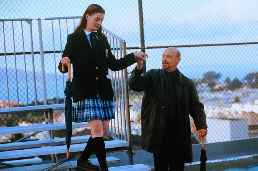 «Дневники принцессы» (2001). Пятнадцатилетняя  девушка (Энн Хэтэуэй)  ведёт обычную для американского подростка жизнь. Но умирает ее отец, и она узнает, что стала единственной наследницей трона.