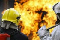 Пожарные тушат огонь