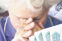 Пожилые женщины поверили, что к ним пришли медработники.