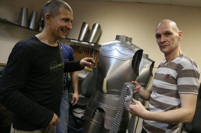 Вячеслав (на фото справа) раньше занимался наркобизнесом, а теперь мастерит латы и кольчуги.