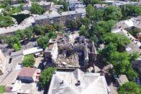 Вид на развалиный дом