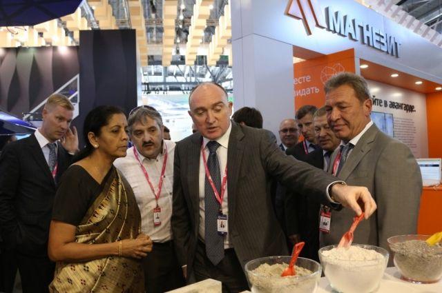 Борис Дубровский лично ознакомил гостей из Индии с продукцией южноуральских предприятий.
