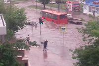 За считанные минуты улицы города превратились в реки.