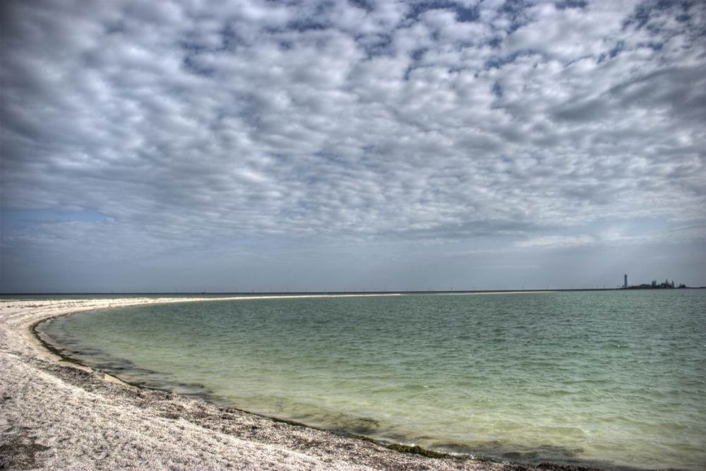 Пляж на Бирючем острове в Херсонской области
