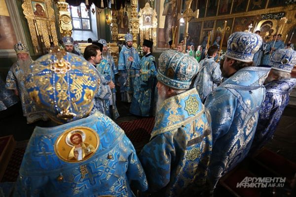 Святейшему владыке прислуживали митрополиты и епископы.