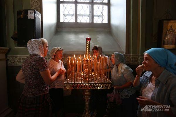 Первые верующие в храме появились еще до 7 утра, за 3 часа до начала богослужения.
