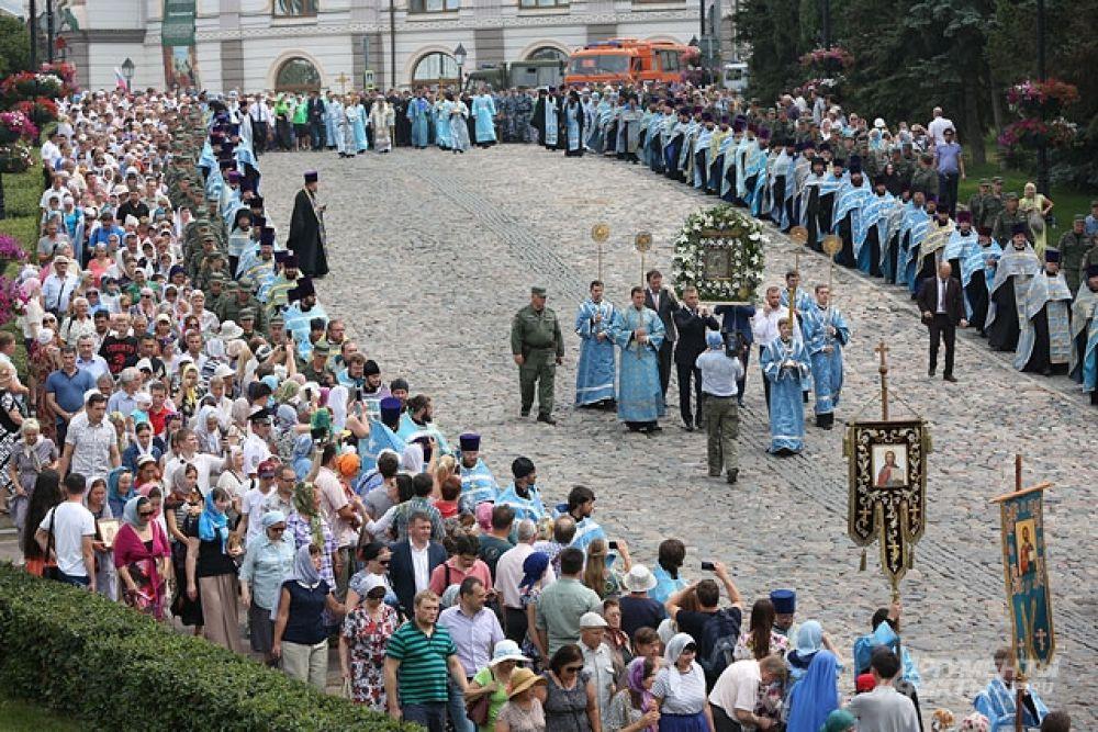 Крестным ходом верующие после литургии двинулись в Богородицкому монастырю.