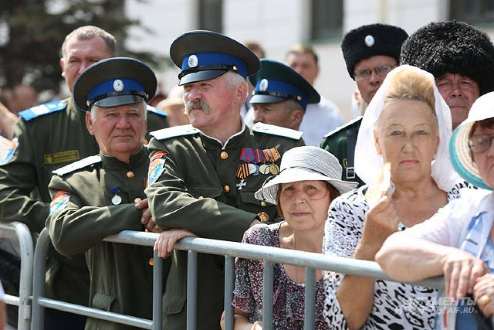 Сотни людей слушали Божественную литургию в Казанском кремле.