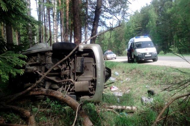 Машина после удара улетела с дороги в кювет.