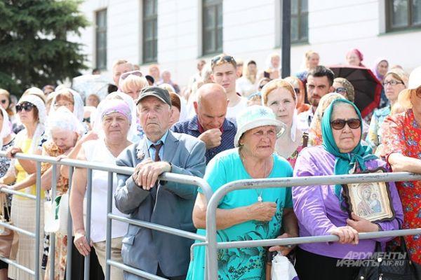 Те, верующие, кто не смог попасть внутрь Благовещенского собора, могли наблюдать за литургией на экране.